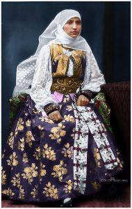 doamna-boamban-femeie-instarita-din-schei-judetul-brasov-in-jurul-anilor-1900-1903-costume-populare-traditii-romanesti-1689x2660