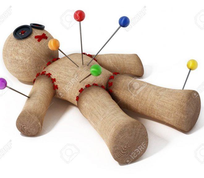 Mă simt manipulat de o păpușă voodoo